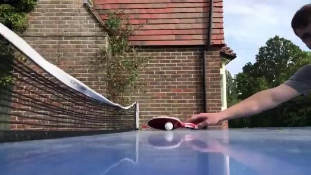 网友打乒乓球时旁边的一位观众 …真的是为难小短腿了