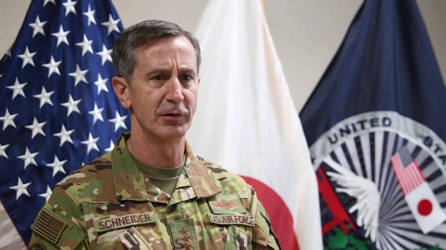 15日,驻日美军司令官施奈德中将和军士长韦恩加德纳谈到……