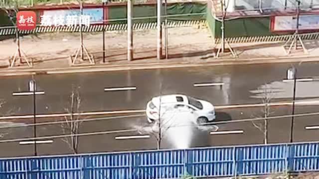 消防栓漏水私家车自觉排队洗车 网友:不浪费,反正都流了!