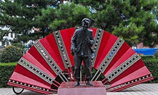 """为""""纪念""""本山大叔,铁岭建了这个""""破雕像"""",网友:活人立像?"""