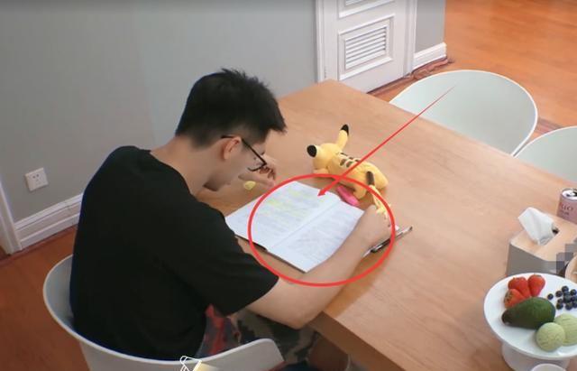 许魏洲在家看剧本,重点台词用荧光笔圈出,行为举止更是引热议