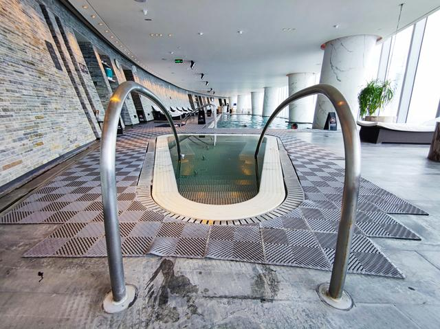 人均300+,打卡四季酒店里全广州海拔最高游泳池,窗外就是小蛮腰