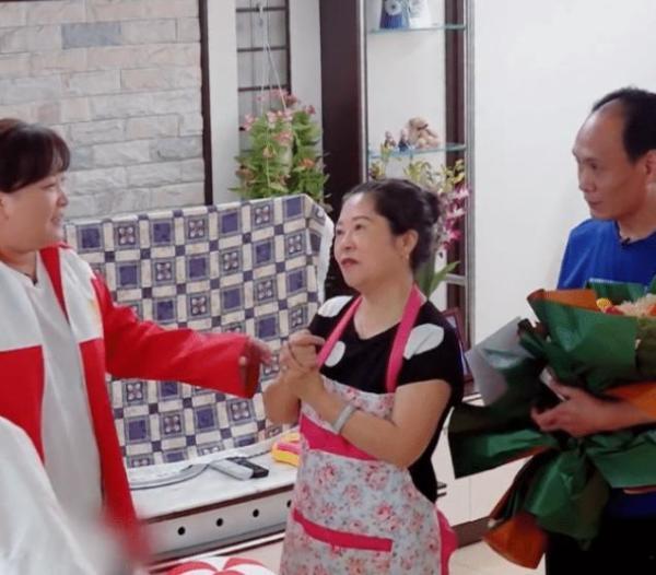 杨迪回老家看望爸妈,妹妹也在家,当兄妹俩同框,妹妹比他像明星