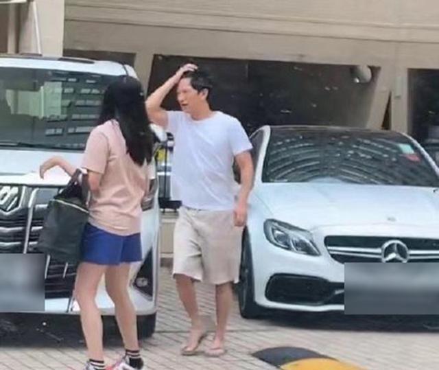 53岁张家辉男神形象崩塌?穿拖鞋短裤出门显邋遢,网友直呼认不出
