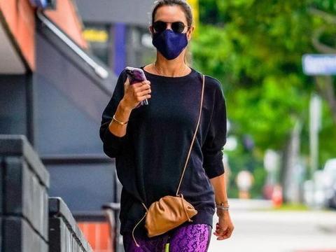 超模亚历桑德拉·安布罗休现身圣莫尼卡,她的魅力让人着迷