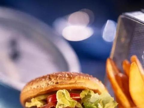 315晚会曝光汉堡王用过期面包做汉堡,原材料日期随意改