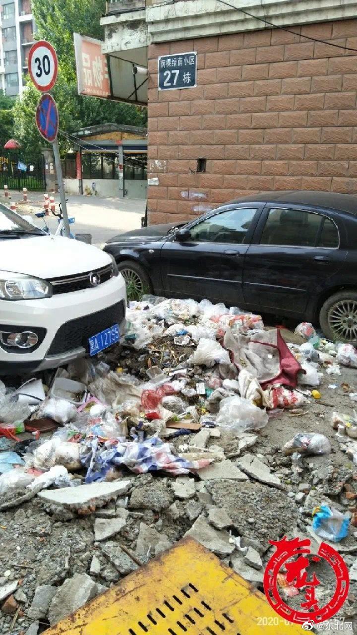 哈尔滨一小区出入口垃圾堆了两个月没人清!