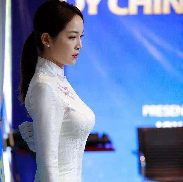 她是中式台球裁判,因性感执法走红,移民美国与壮汉合影惹争议