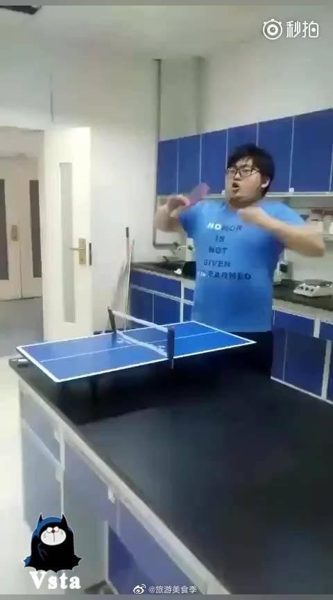 无敌是多寂寞,只有自己和自己打乒乓球了!
