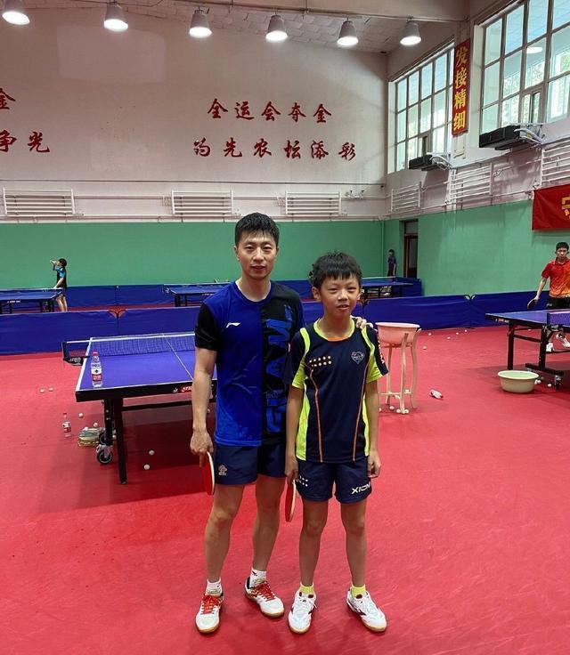 马龙回到北京队训练!小孙杨跟国乒队长合影留念,刘国梁再迎喜讯