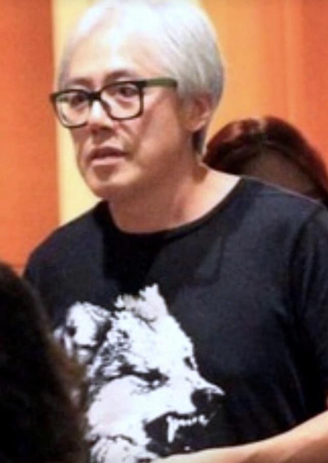 53岁张宇停工后罕露面,白发苍苍老态明显,深受家族遗传病困扰