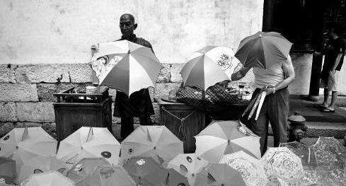 60岁退休后开始卖伞,获80多项专利,一年卖出20亿把!