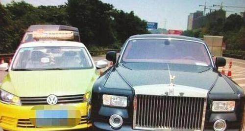 劳斯莱斯库里南和长安相撞,造成200多万辆汽车损坏