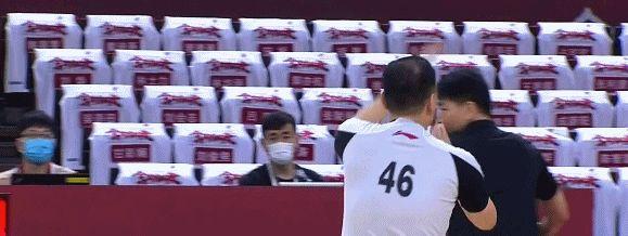 火爆一幕!深圳队经理怒吼指责裁判,邱彪拉都拉不住,最终被驱逐