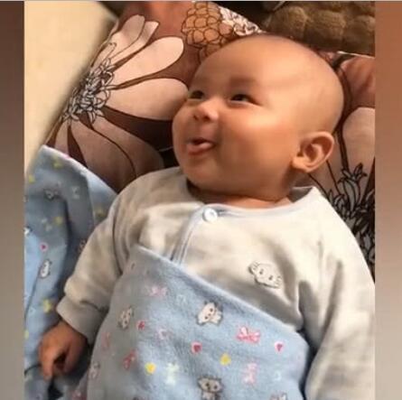 3个月小宝宝跟妈妈聊天,嗯嗯啊啊的小模样萌化了,太可爱了