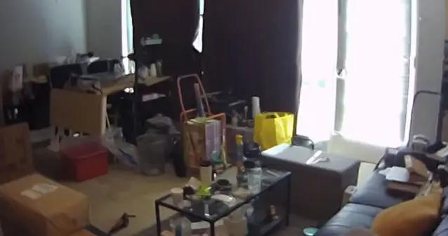 屋内隐藏摄像机拍下鬼魅剪影
