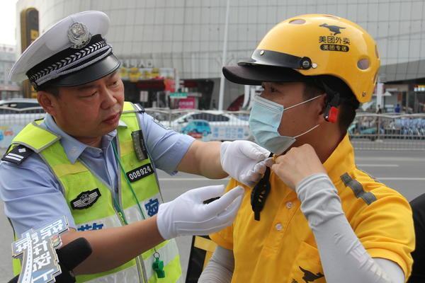 """因为这事   30余名""""快递小哥""""郑州火车站附近被交警教育"""