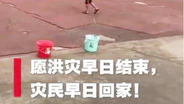 江西鄱阳县洪灾灾民安置状况实录 临时戏台抚慰洪水创伤