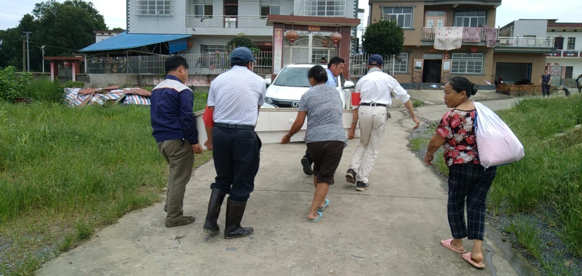 低洼地区村民在转移家庭财物 受访者供图