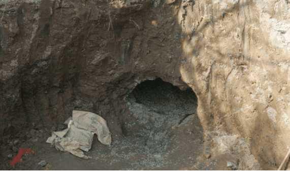 路面挖地基修筑桥梁发现洞口, 走近后发现里面都是绿油油的宝贝