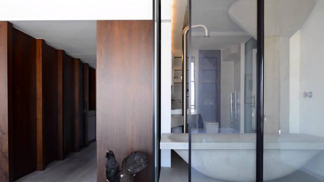 键雾化浴室玻璃,水泥、胡桃木为主要材质打造前卫风格