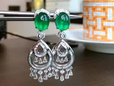 素面鸽子蛋祖母绿18K金耳坠,晶体非常透润,玻璃体颜色浓绿……