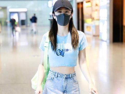 刘芸好会玩!穿不规则牛仔裙走机场,看来今年斜边裙要大火