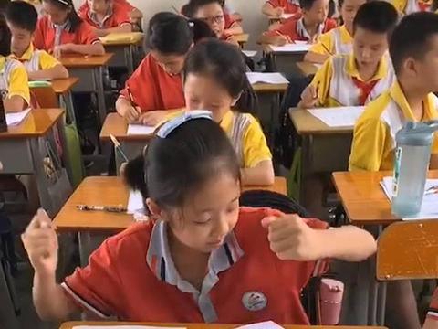 期末考试,小学生发现试题很简单,高兴到跳舞,监考老师无法淡定
