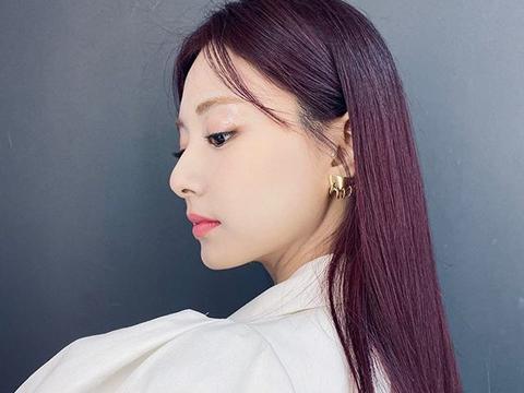 2020夏季发色潮流!TWICE周子瑜的紫红发色亮眼又显白!