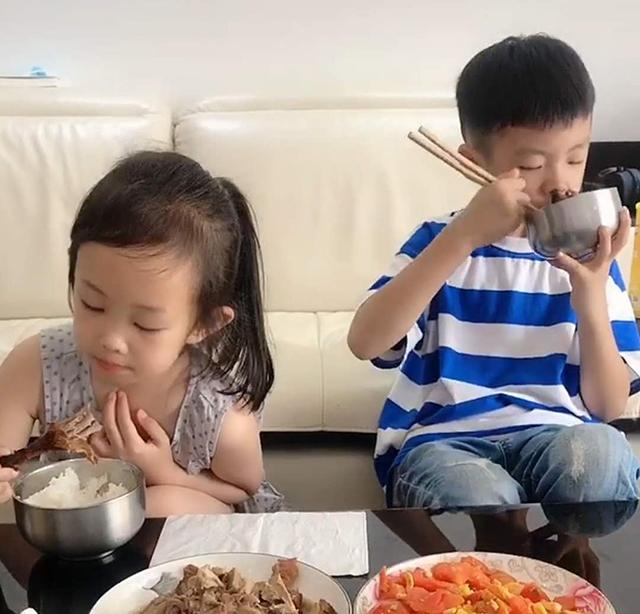 """儿子带女同学回家吃饭,""""贴心""""举动笑翻妈妈:得到他爸真传了"""