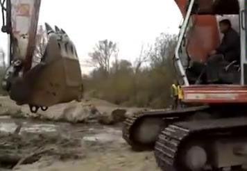 """男子池塘钓鱼发现""""庞然大物""""后报警,警察用挖掘机才把它拉上来"""