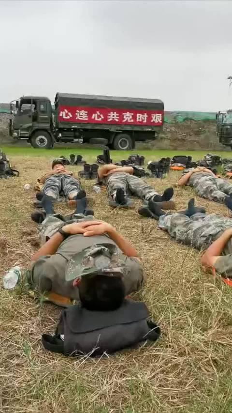 累了就睡会儿吧!战士们用口罩遮光躺在地上休息,看着心疼……