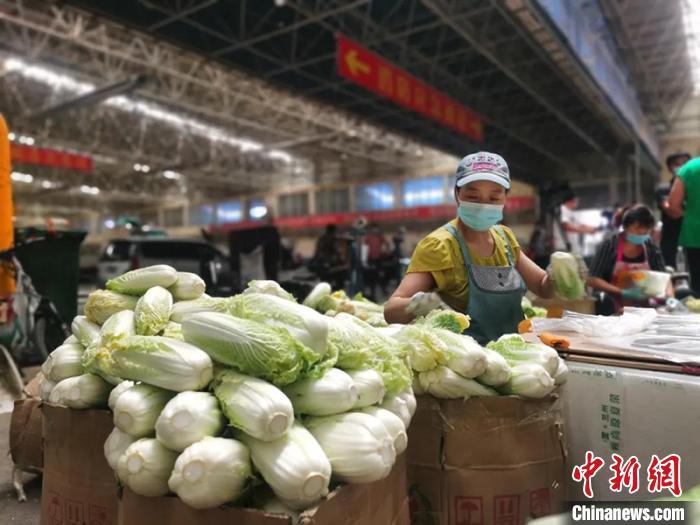 商户正常业务,蔬菜货量足够,价钱总体安稳。童芳 摄