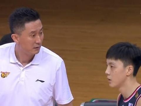 赛后仍与裁判争论!王薪凯传球失误把朱芳雨逗乐了,杜锋立马批评