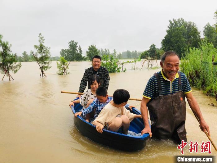 豫南信阳水漫乡村 多方力量组织