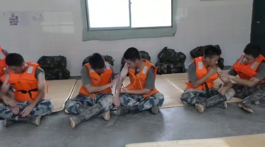 参加抗洪救灾的空军战士注意做好身体防护工作