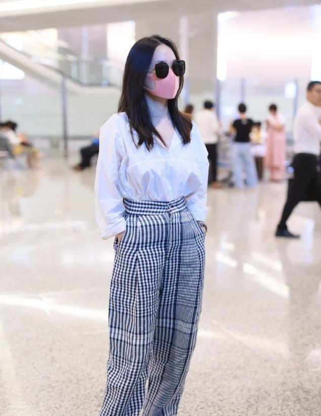 """霍思燕时尚感好,穿""""大妈裤""""也没有庸俗感,配件白衬衫还挺高级"""