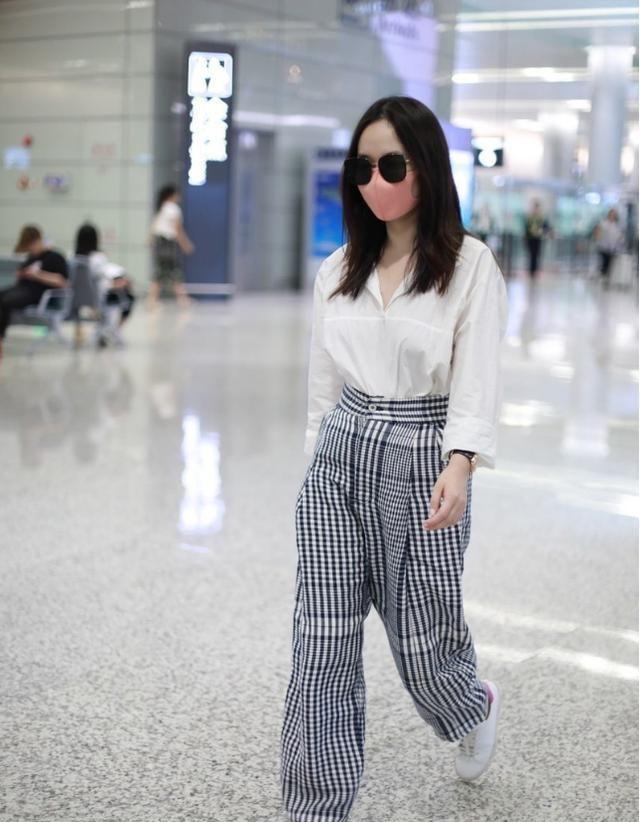 """霍思燕时尚感好,穿""""大妈裤""""也没颓废感,配件白衬衫还挺高级"""