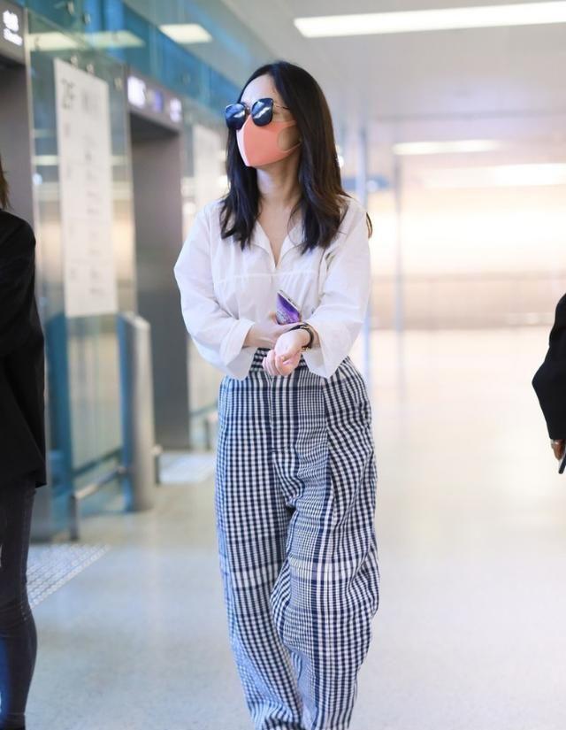 """霍思燕时尚感好,穿""""大妈裤""""也没颓废感觉,配件白衬衫还挺高级"""