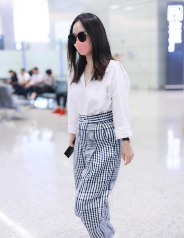 """霍思燕时尚感好,穿""""大妈裤""""也没有颓废感,配件白衬衫还挺高级"""