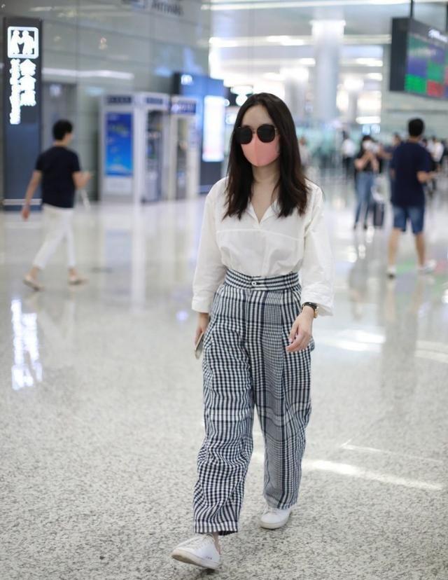 """霍思燕时尚感好,穿""""大妈裤""""也没有庸俗感觉,配件白衬衫还挺高级"""