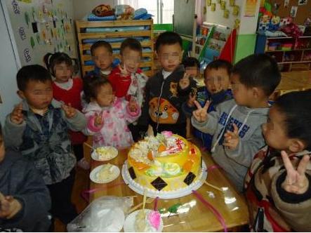 妈妈买了生日蛋糕送到幼儿园,听到老师的话后,却忍不住怒了