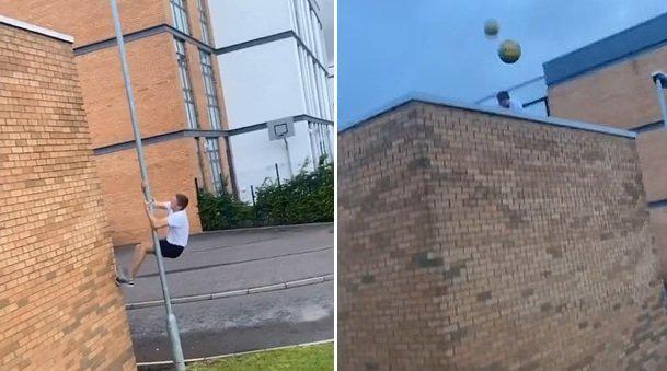 英国一男子顺着灯杆爬上屋顶捡球 发现十几个足球