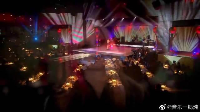 艾薇儿10年前的现场表演,这气场爱了,满满的青春回忆啊!