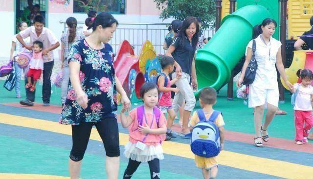 5岁熊孩子扯断幼儿园老师项链,妈妈的一个行为,获无数网友点赞