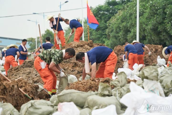 芜湖救援现场:他们连续装填8小时沙袋群众5点起床熬绿豆水送来