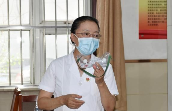 唐山市人民医院科教科的组织检验人员进行新型冠状病毒核酸检测实操