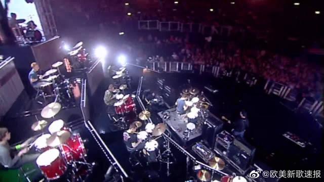 艾薇儿2003年英国颁奖礼表演的《Sk8er Boi》,21名鼓手伴奏