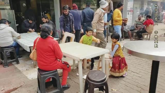 在印度圣城瓦拉纳西街边吃早餐