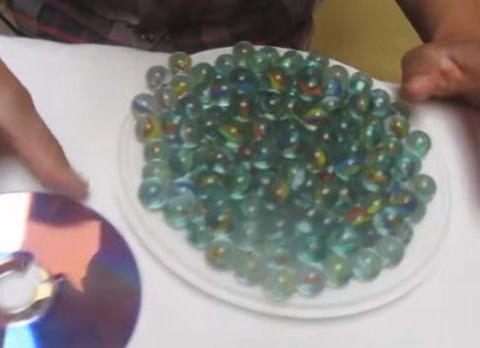 玻璃珠子粘贴在光盘上面, 最后得到珠宝一般的装饰品